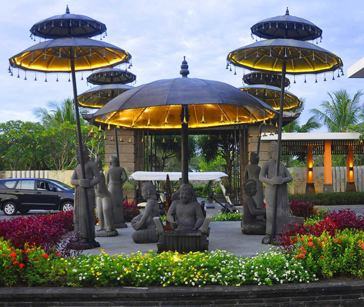 large Bronze statues light and lamps from the umbrella for in the garden from Bali Indonesia