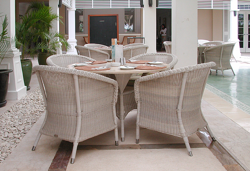 Gardenfiber plastic dinning chair and table from Bali Canggu