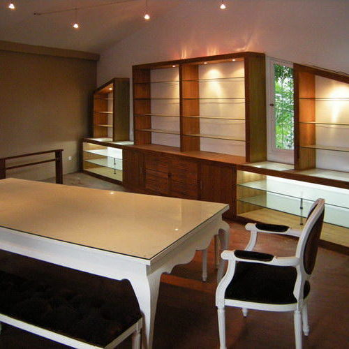 realizing design of jewelry showroom with teak furniture