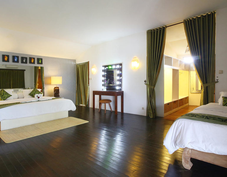 2 beds in the bedroom of this Balinese villa